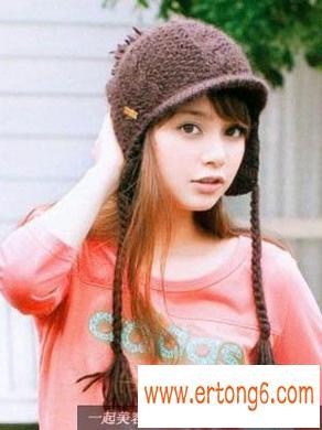自然卷配麻花辫毛线帽